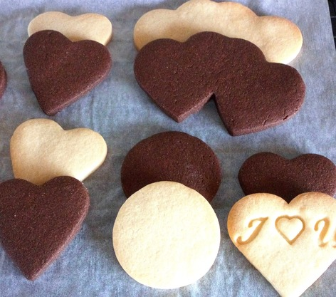 Plain and chocolate shortbread biscuits